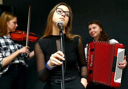 Des lycéennes polonaises se préparant au festival de chanson francophone Nuits du monde en Pologne