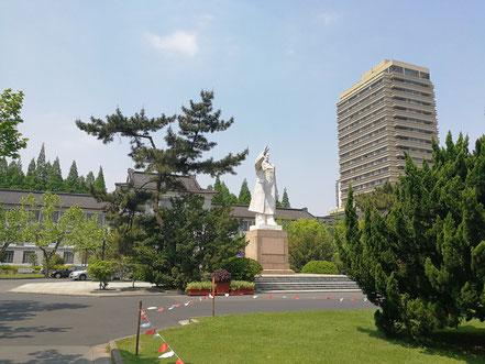 華東師範大学のシンボル  白くて巨大な毛沢東の像