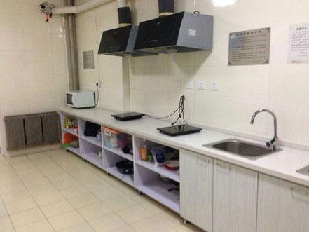 遼寧師範大学学生寮6号楼の共同キッチン。