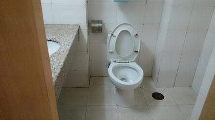 中国 北京語言大学 学生寮17号楼 室内トイレ