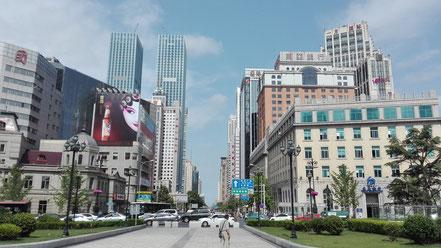 大連中山広場内から人民路方面の景色