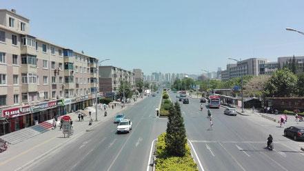 歩道橋からの眺め、遼寧師範大学の歩道橋からの眺め(黄河路の大連駅方面)