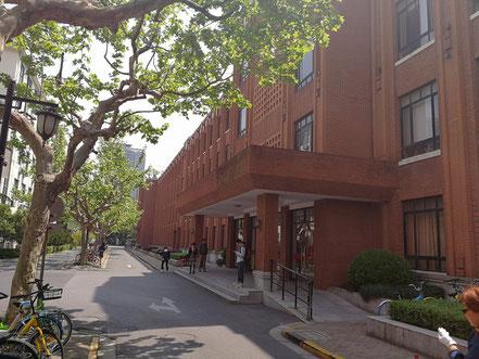 華東師範大学 物理楼(この中で入学手続きを行います)