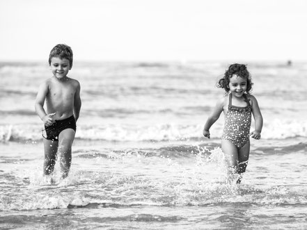 florence-clot-photographies-photographe-portrait-enfance-plage-enfants-heureux-bonheur-nature-hérault