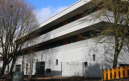 Neubauklötze wie das der Goldbek-Schule bieten meist keinen Unterschlupf, obwohl doch gerade Schulen ein Ort der Vielfalt und der Lebendigkeit sein sollten. (Foto: S. Hinrichs)