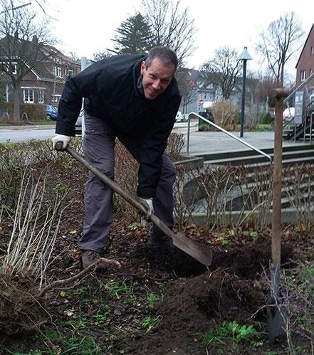 Ingo Kirchhoff beim Einpflanzen im Norden der Stadt. Fotos: Simon Hinrichs