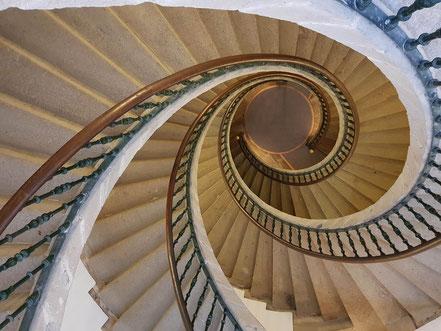 Selbsthypnose ist der Weg zu sich selbst, wie auf einer Treppe steigt man tiefer und tiefer ins Unterbewusstsein