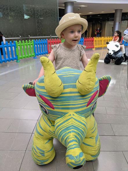 Dino reiten in der Shopping Mall
