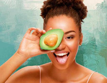Mädchen mit Avocado lacht