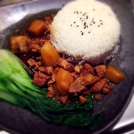 Karamellisierte Sojasauce umhüllt Schweinefleisch & Gemüse