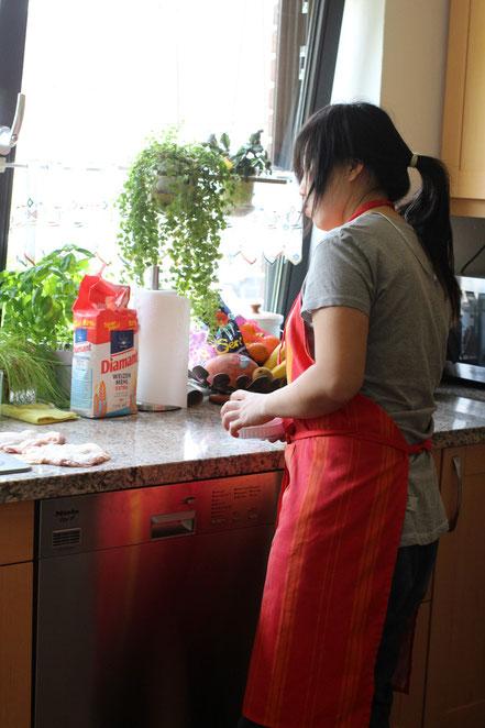 Mai beim Kochen.