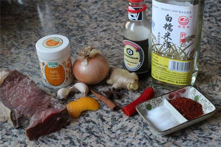Die Zutaten für das Rindfleisch-Curry: Rindfleisch, Zwiebel, Sojasauce, Chili, Curry, Orangeschale Ingwer, Knoblauch, Sternanis, Zimt, Reiswein