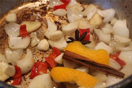 Zwiebel, Chili und Knoblauch werden angebraten, weiteren Geschmack liefern Sternanis, Zimt und Orangenschale