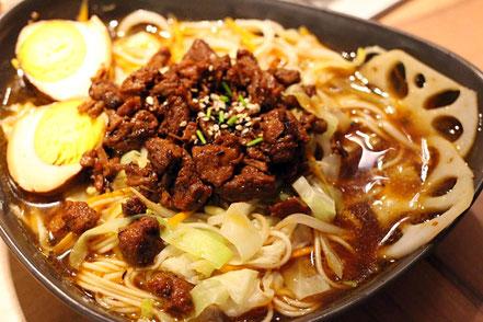 08 | Frische Nudeln baden in würziger Suppe mit viel Gemüse