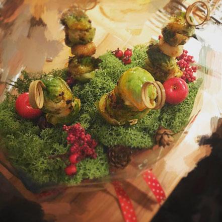Scharfe Rosenkohl-Spieße im Weihnachtswald