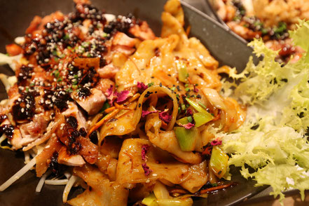04 | Zartes Hähnchen mit würzig-scharfer Sauce aus Chili und fermentierten, schwarzen Bohnen, dazu handgemachte Bandnudeln