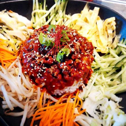 08 | Reisschale mit Chili-Paste, viel Gemüse & würzigem Schweinehackfleisch