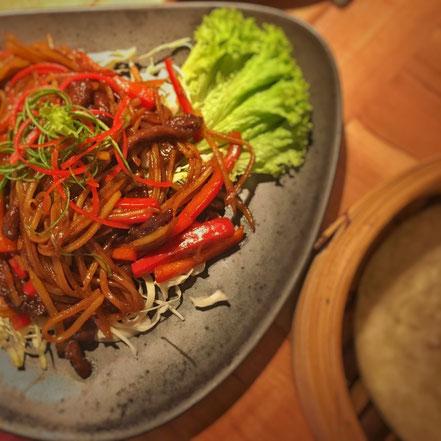 01 | Zarte Rindfleischstreifen und frisches Gemüse in würziger Sojasauce mit hauchdünnen Pfannkuchen