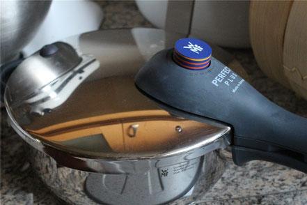 Um das Schmoren des Rindfleisch-Currys zu beschleunigen ist ein Schnellkochtopf eine gute Lösung