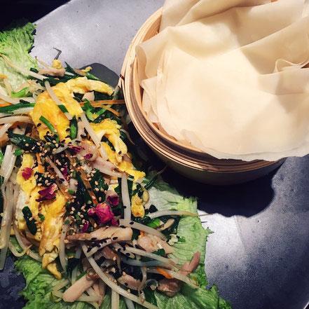 04 | Chinesischer Frühlingspfannkuchen mit Gemüsestreifen, frisch gepflücktem Bärlauch, wahlweise Ei und Hähnchenstreifen