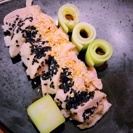 12 | Vorspeise Silvestermenü - Hähnchenscheibe und hauchdünne Gurkenrollen mit hausgemachter, schwarzer Sesampaste