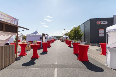 Rote Hussen, Outdoor Event, weiße Pagoden bei einer Outdoor Veranstaltung