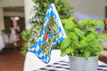 Die Flagge Bayerns, frischer Basilikum und Dekoration