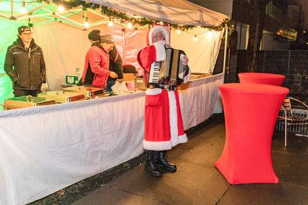 Grillstation, Weihnachtsmann mit Akkordeon, rote Hussen, Personal