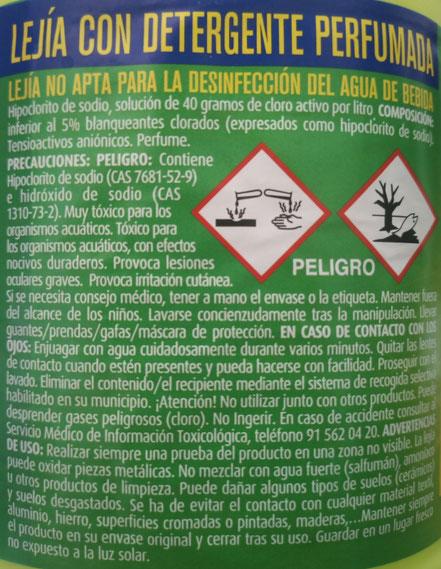 Etiqueta en un envase de lejía con información importante para minimizar el riesgo de accidente