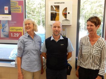 Past-Präsidentin (2019)  Hiltrud Kobernuß und Annette Niebuhr bei der Übergabe des Defi an den Filialleiter René Klotz (Lidl-Markt, Röbbeler Straße)