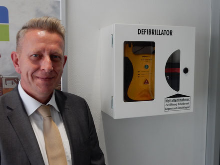 Stolz präsentiert Filialleiter Meik Gödeke den Defi im SB-Bereich seiner Volksbank-Filiale in Bad Bevensen