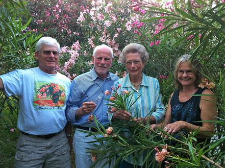 """Bob Newding, Willi Hufnagl, Betty Head  und Carolyn Sayre besichtigen den Oleander Garten von Bob Newding. Hier ist die Sorte entstanden, die den Namen """"Harriet Newding"""" trägt."""