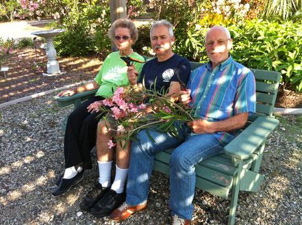 Betty Head, James Nicolas und Willi Hufnagl Im OLEANDER GARDEN PARK beim Stecklinge schneiden.