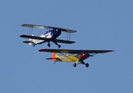Zwei Klassiker in Formation: Bücker 131 Jungmann und Piper PA-18 Super-Cub