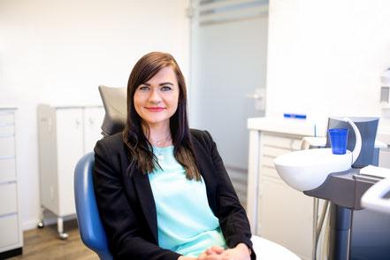 Implantat oder Brücke? Tamara hat sich für ein Zahnimplantat entschieden.