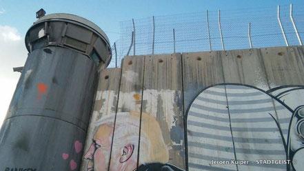 De 7 meter hoge muur, die Bethlehem van Jeruzalem scheidt. Ter vergelijking: De Berlijnse Muur was maximaal 3,60 hoog.