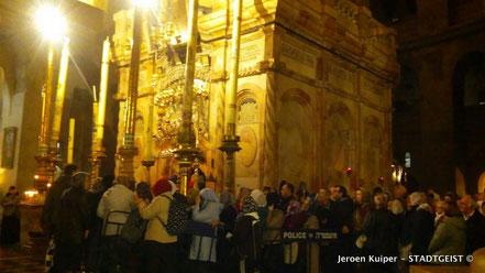 Middernacht in de Kerk van de wederopstanding, bij het graf van Jezus.