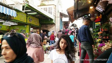 Op de Mahane Yehuda markt: overdag veel Palestijnse groente-handelaren, 's avonds partyzone voor jonge Israeli's