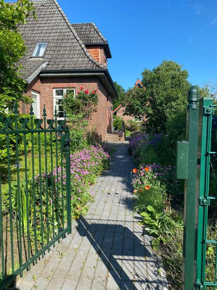 geöffnetes Eingangstorzum Vorgarten