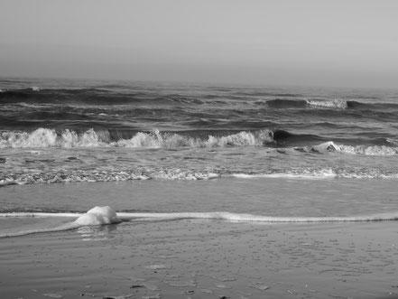 Sankt Peter Ording,Tourismus,Stelzenhaus,Strand,Meer,Sand,Wellen,Himmel,Freiheit,Liebe,Sonne,Menschen,Zweisamkeit,Dunst,Nebel,Einsamkeit