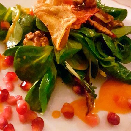 Schlafdinner 1. Gang: Rapunzelsalat mit Granatapfel, Walnuss, Tomatendressing