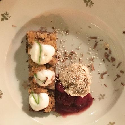 Schlafdinner 5. Gang: Dessert: Bananen Mandel Mousse / Honigschaum / Birnen Schokoladen Crumble