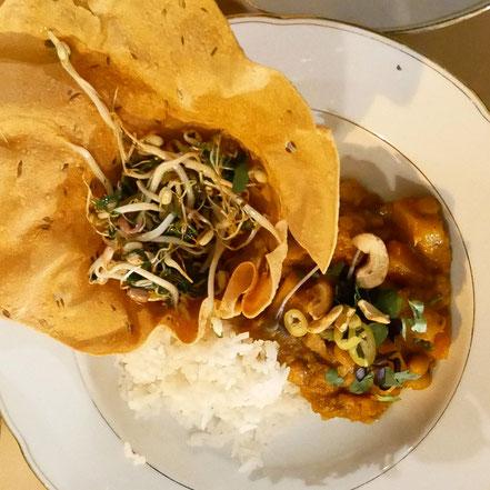 Schlafdinner 4. Gang: Winterliches Curry aus Wurzelgemüse mit Cashew, Papadam und Sprossensalat