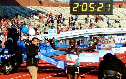 Daniel Wanjiru wint 41e editie met nieuw record op dit parcours