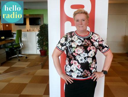 Karin (foto) en Besli van Sektesignaal bij Hello Radio