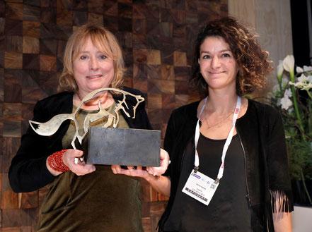 De trotse Selma Seddik (foto rechts) neemt haar award in ontvangst
