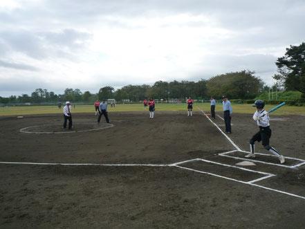 関東ソフトボール協会 高橋 勝雄会長による始球式