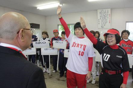 選手宣誓 桐生クラブ 木嶋ひとみ主将(左)とぐんま2002 長岡路江主将(右)