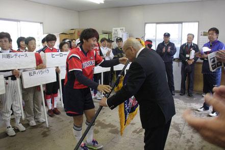 優勝旗を返還する昨年度エルダー大会優勝 山梨県代表ハスキーズ