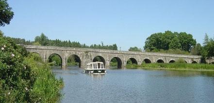 Le majestueux pont qui enjambe le canal de Nantes à Brest (l'Oust)